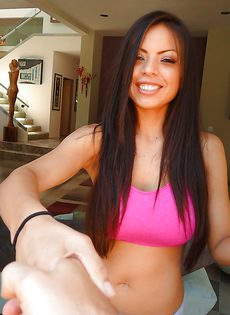 Латинская сучка с большой грудью на массажной кушетке - фото #