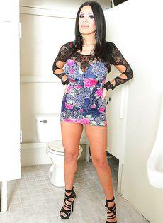 У сексапильной латинки очень большая грудь - фото #