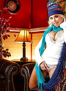 Деваха во всей красе показала сиськи и задницу - фото #