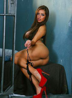 Сногсшибательная латиноамериканская красотка манит большими сиськами - фото #