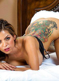 Очаровательная милашка Yurizan Beltran совершенно одна на большой кровати - фото #