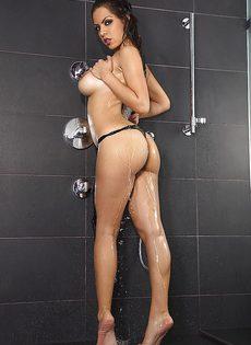Помыла свое превосходное тело в душе - фото #