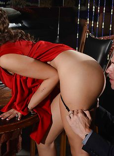 Первая встреча брюнетки Yurizan Beltran и лысого мужика закончилась сексом - фото #