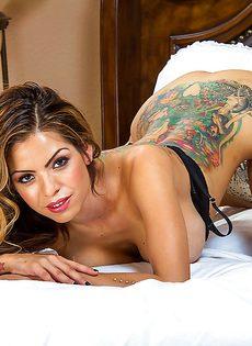 В спальне позирует латинская телка с большими сиськами - фото #