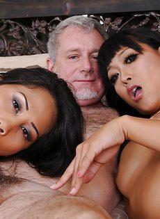 Волосатого мужика удовлетворяют сексуальные брюнетки - фото #