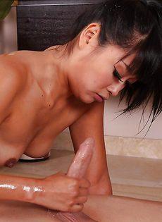 Голая азиатка сосет и дрочит пенис зрелого мужика в ванной - фото #16