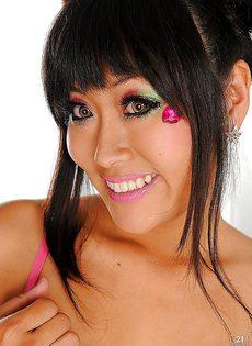 Раскрепощенная азиатская девушка немножко попозировала - фото #