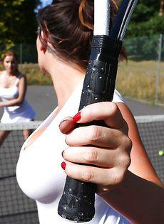 На теннисном корте случился трах с сиськастыми телочками - фото #