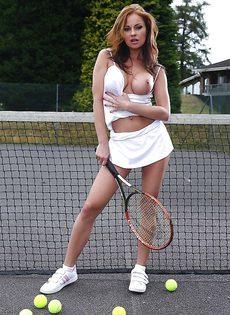 Сексуальная теннисистка с потрясающими сиськами большого размера - фото #