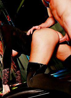 Знатный трахарь долбит между ножек привлекательную девушку - фото #9
