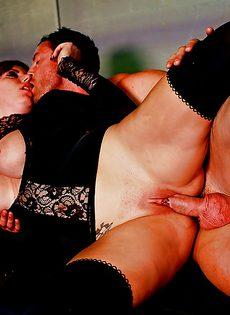 Знатный трахарь долбит между ножек привлекательную девушку - фото #14