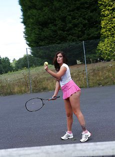 Сиськастая теннисистка кончает во время тренировки - фото #