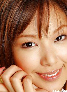 Азиатская красавица с шикарной грудью демонстрирует мохнатку - фото #