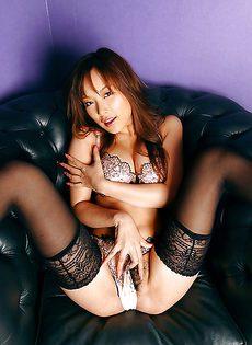Сногсшибательная азиатка в чулках и красивом нижнем белье - фото #