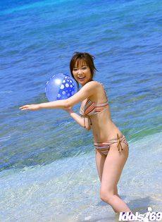 Миленькая японка отдыхает на свежем воздухе - фото #
