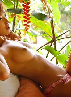 У молоденькой азиатской девчушки небритая промежность - фото #