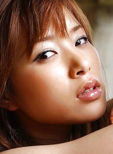 Миниатюрная азиатская девушка с небритой киской - фото #
