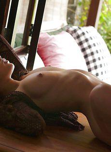 Тоненькая азиатка расставила ноги и показала мохнатую щель - фото #
