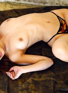 Азиатская телка с маленькими сиськами и волосатой писькой - фото #