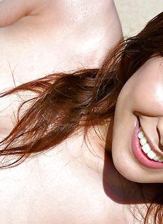 Эротическое соло сексуальной азиатки на пляже - фото #