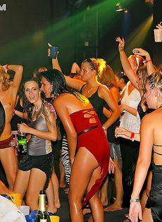 Бухие девушки зажигают на очередной тусовке - фото #