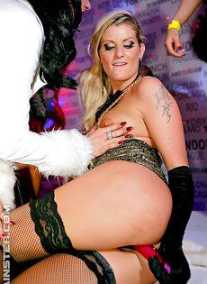 Сексуальная оргия с красавицами в ночном клубе - фото #