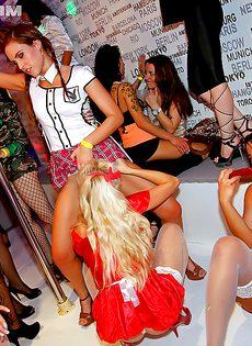 Вечеринка с раскрепощенными и пьяненькими девчатами - фото #