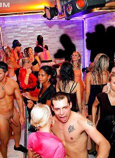В клубе доступных девушек трахнули во все дырки - фото #