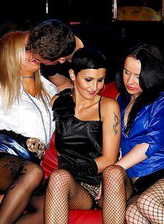Групповой секс с золотым дождем и прочими развратностями - фото #