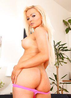 Стройная блондинистая цыпочка раскинула ножки и по мастурбировала - фото #