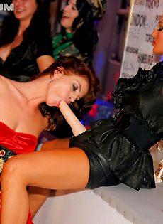 Сексуальные забавы красивых девушек на вечеринке - фото #