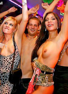 На вечеринке девушки устроили настоящий разврат - фото #