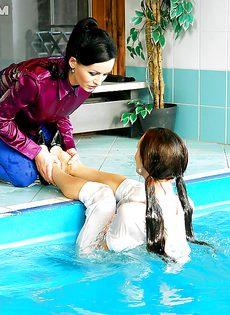 Подружки искупались в бассейне прямо в одежде - фото #3