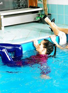 Подружки искупались в бассейне прямо в одежде - фото #4