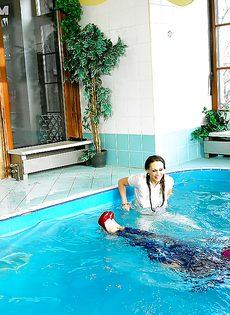 Подружки искупались в бассейне прямо в одежде - фото #6