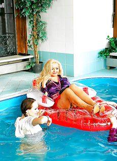 Подружки искупались в бассейне прямо в одежде - фото #7