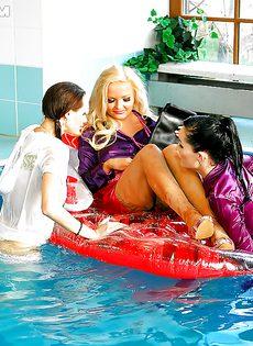 Подружки искупались в бассейне прямо в одежде - фото #8