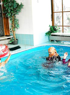 Подружки искупались в бассейне прямо в одежде - фото #9