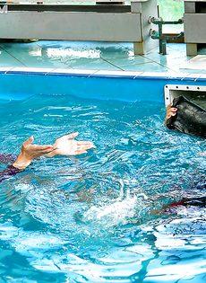 Подружки искупались в бассейне прямо в одежде - фото #10