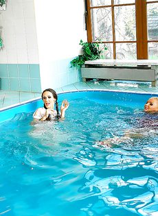 Подружки искупались в бассейне прямо в одежде - фото #11