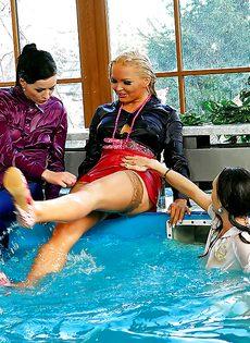 Подружки искупались в бассейне прямо в одежде - фото #12