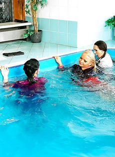 Подружки искупались в бассейне прямо в одежде - фото #14