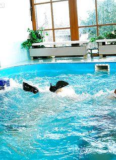 Подружки искупались в бассейне прямо в одежде - фото #15