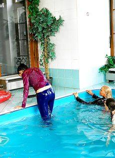 Подружки искупались в бассейне прямо в одежде - фото #16