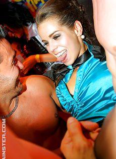 Откровенное групповое порно с красотками на вечеринке - фото #