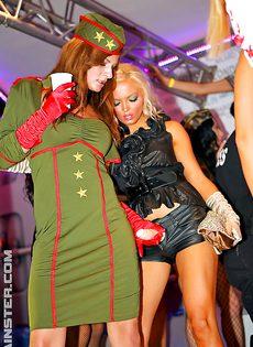 Раскрепощенные девушки зажигают на вечеринке - фото #