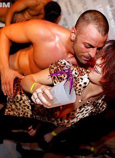 Пьяные девушки вместе с парнями устроили секс вечеринку - фото #