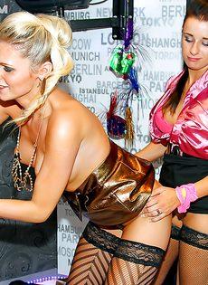 Групповая оргия с потаскухами в ночном клубе - фото #