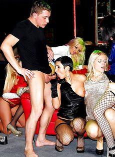 Парни угощают девушек качественным трахом - фото #