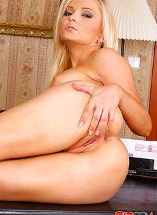 Совершенно голая блондинистая красавица - фото #